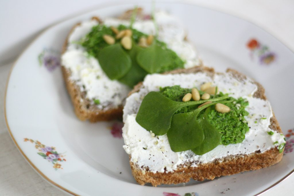 Zuurdesembrood met ricotta en groentenspread